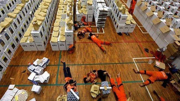 Photo of Endonezya'da sandık görevlileri faciası devam ediyor