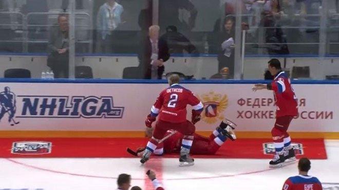 Photo of Putin seyircileri selamlarken yere kapaklandı0 (0)